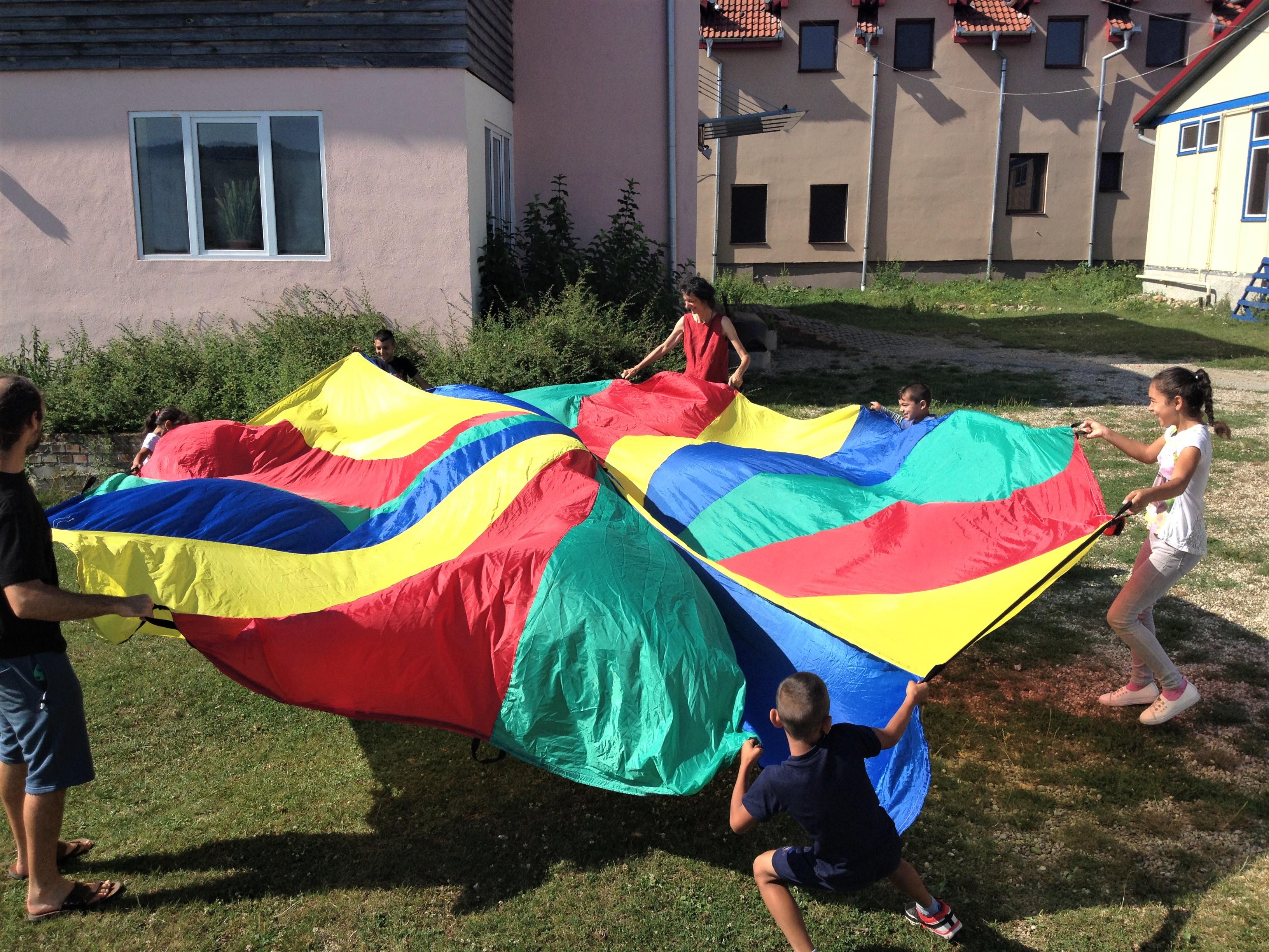 Școala de circ Alandala Circus Project - parașută